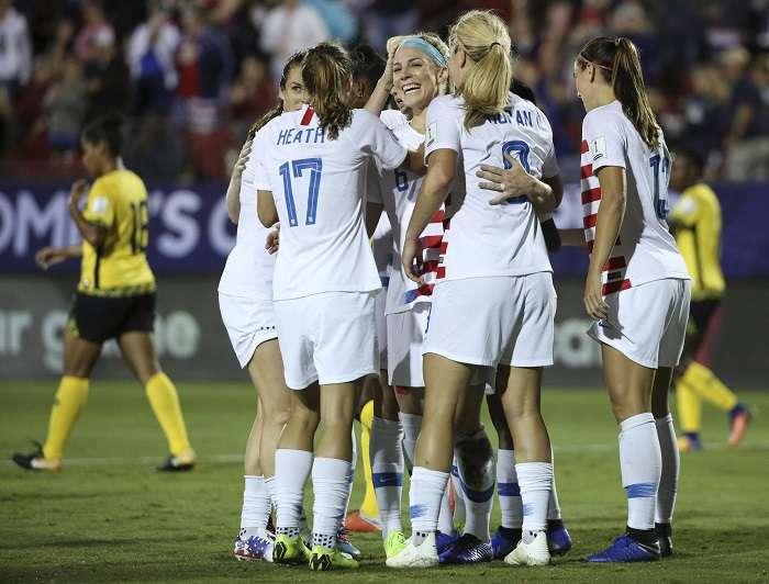 La selección femenina de Estados Unidos celebra uno de sus goles. /AP