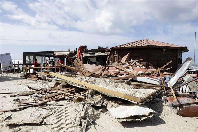 Vista de un restaurante destruido en Praia da Vieira (Playa Vieira) después del paso de la tormenta Leslie en Praia da Vieira, Marinha Grande, Portugal central. EFE