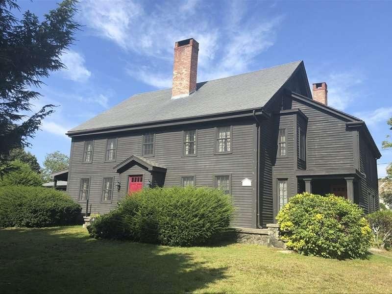 En esta foto del 17 de septiembre de 2018, proporcionada por J Barrett & Company, una casa en Peabody, Massachusetts, construida en 1638 que fue el hogar de John Proctor, víctima de los juicios de brujas de Salem, se muestra.  AP