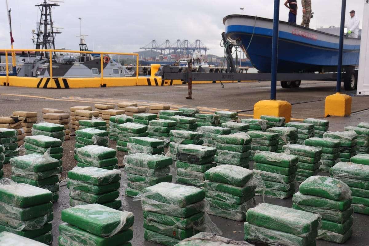 Este es el cargamento de cocaína confiscado y la embarcación donde era transportado.