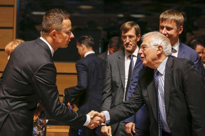 El ministro español de Exteriores, Josep Borrell (d), saluda a su homólogo húngaro, Peter Szijjarto (i), al inicio del Consejo de Ministros de la Unión Europea que se celebra en Luxemburgo hoy, 15 de octubre de 2018. EFE