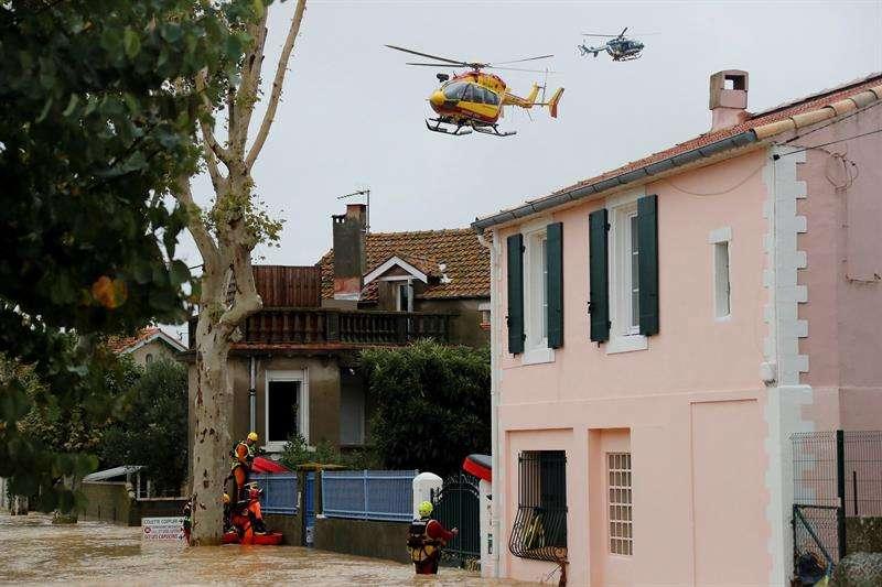 Bomberos trabajan en las operaciones de rescate debido a las inundaciones en Trebes (Francia) hoy, 15 de octubre. EFE
