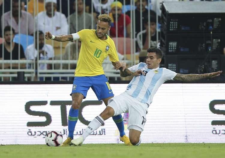 Neymar disputa el balón ante Angel Correa (dcha). Foto: AP