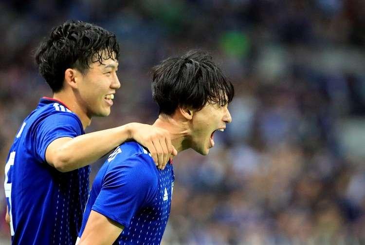 El centrocampista japonés Takumi Minamino (d) celebra un gol durante el partido amistoso disputado ante Uruguay. Foto: EFE