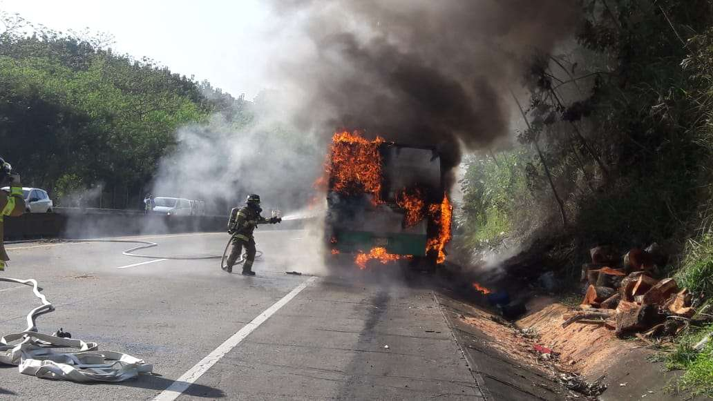 """Momentos en que los  """"camisas rojas"""" atacaban el incendio del bus  de la ruta Panamá -Colón, en el Corredor Norte."""