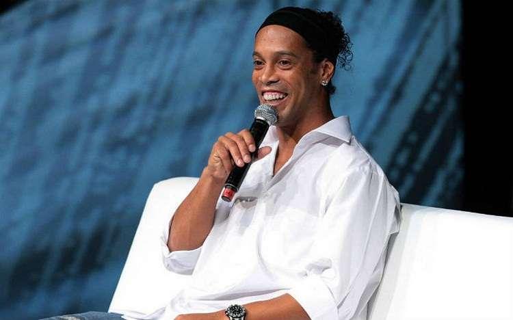 Ronaldinho Gaúcho al candidato a la presidencia de Brasil, es embajador del club. Foto: EFE