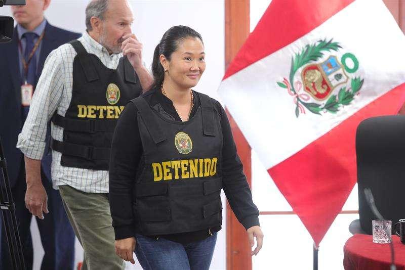 La detenida líder opositora peruana Keiko Fujimori asiste a una audiencia hoy, miércoles 17 de octubre de 2018, en Lima (Perú). EFE