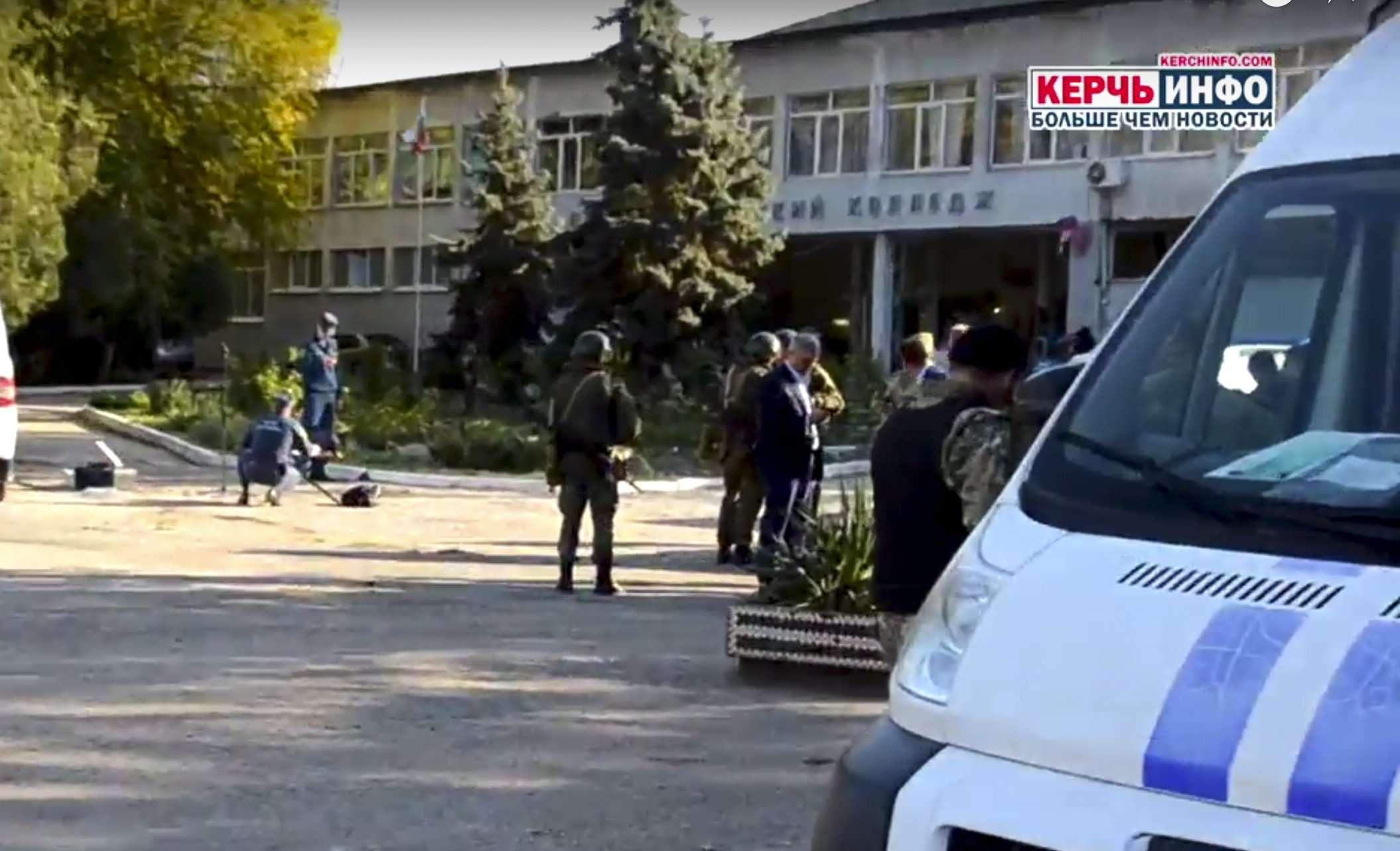 Las autoridades dijeron que el estudiante de cuarto año se suicidó en la biblioteca del Colegio Politécnico de Kerch después del ataque. AP