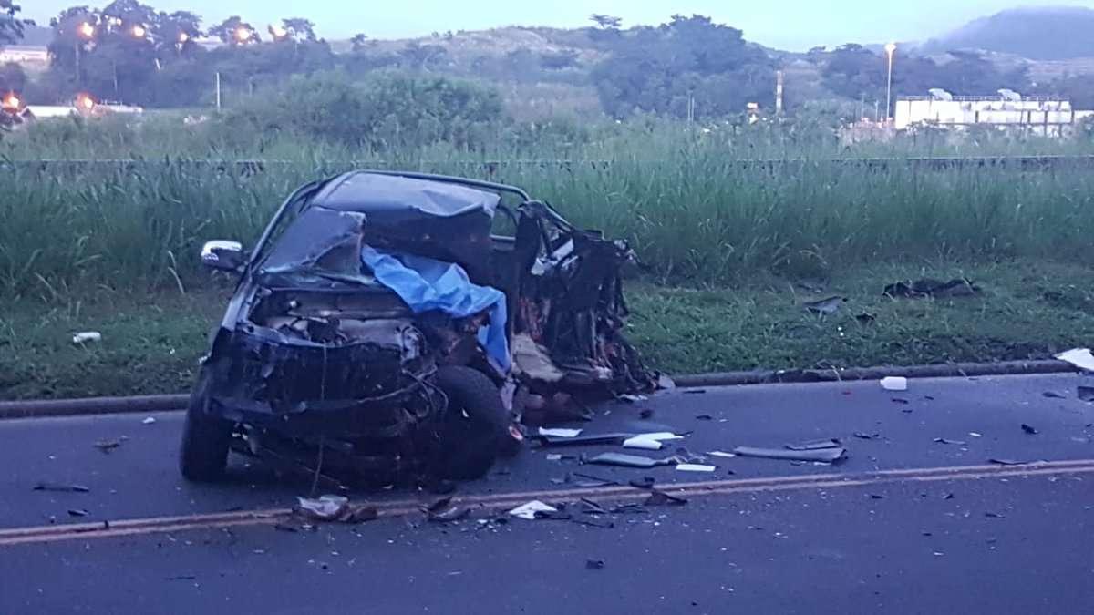 """Así quedó el auto tipo """"pick up"""", totalmente destruido, producto del impacto con el transporte colectivo."""