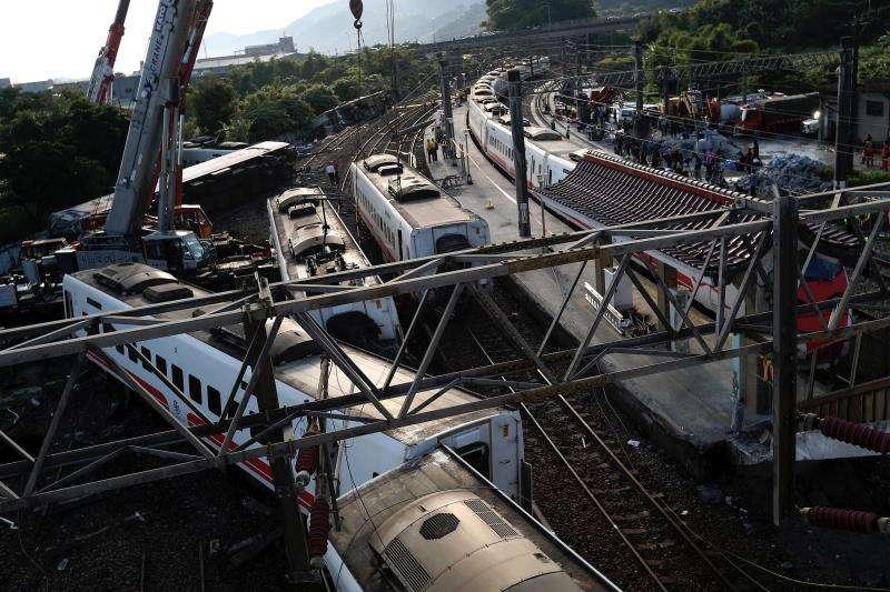 El Servicio Nacional de Bomberos de Taiwán reajustó la cifra de fallecidos a 18 personas y la de heridos a 187 en el accidente de un tren que descarriló este domingo en el distrito de Yilan, cerca de la ciudad de Taipéi. EFE