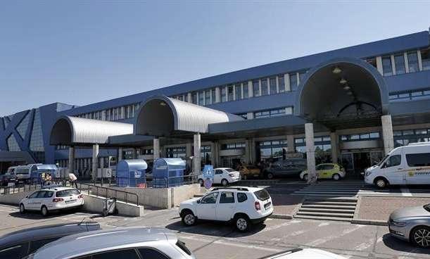 Vista de la entrada de salidas del aeropuerto Internacional de Bucarest, Rumanía. EFE Archivo