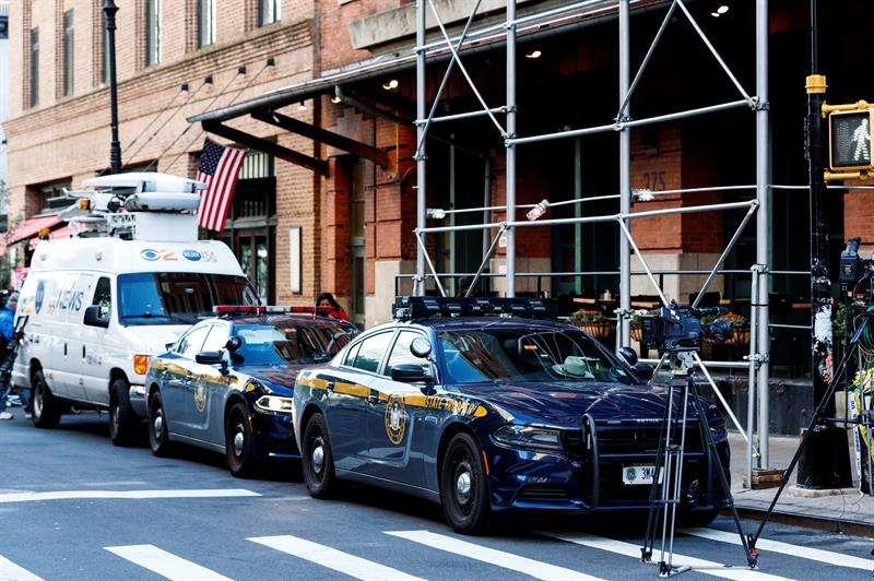 Imagen del exterior del edificio donde se ha interceptado un paquete sospechoso dirigido al actor estadounidense Robert de Niro, en Nueva York (EE.UU.). EFE