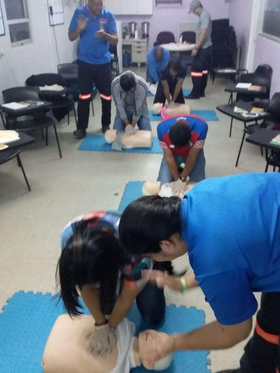 Periodistas capacitándose en Primeros Auxilios Básicos.
