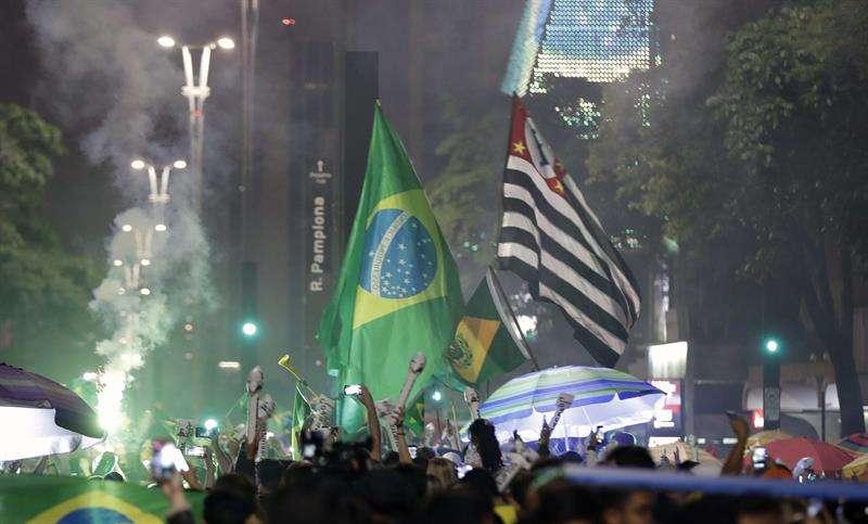 Simpatizantes del candidato a la presidencia de Brasil Jair Bolsonaro celebran su victoria. EFE