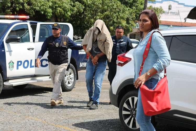 El nuevo imputado llegó fuertemente escoltado por unidades de la Dirección de Investigación Judicial (D.I.J) y con el rostro cubierto con una camisa. Foto: Melquiades Vásquez