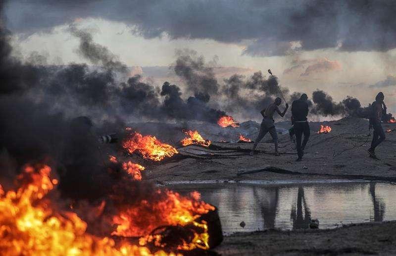 alestinos protestan durante los altercados registrados cerca de la frontera entre Israel y Gaza, el pasado viernes. EFE