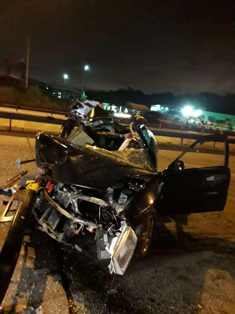 El auto accidentado quedó totalmente destruido por el impacto frontal contra el camión articulado, que estaba estacionado.
