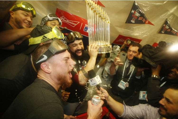 Jugadores de los Medias Rojas celebran el título alcanzado en la Serie Mundial. Foto: AP