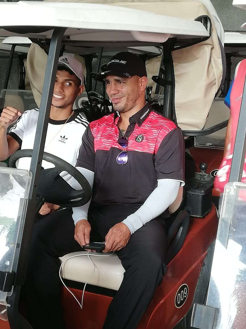 Miguel Cotto participó hoy lunes del torneo de golf que marcó el inicio de las actividades de la Convención de la OMB.
