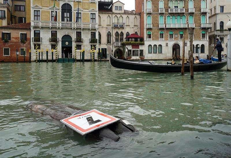 Vista de una señal derribada durante la tormenta caída en Venecia. EFE