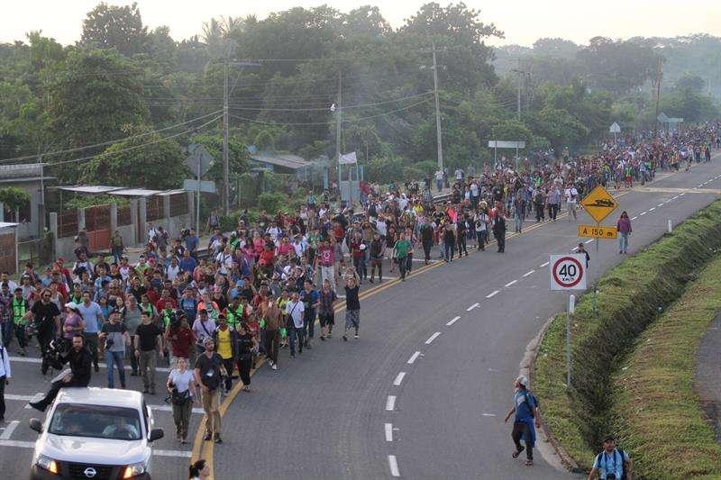 Migrantes hondureños caminan hacia la ciudad de Tapachula, trayecto obligado rumbo a su objetivo, Estados Unidos, este domingo 21 de octubre de 2018. EFE