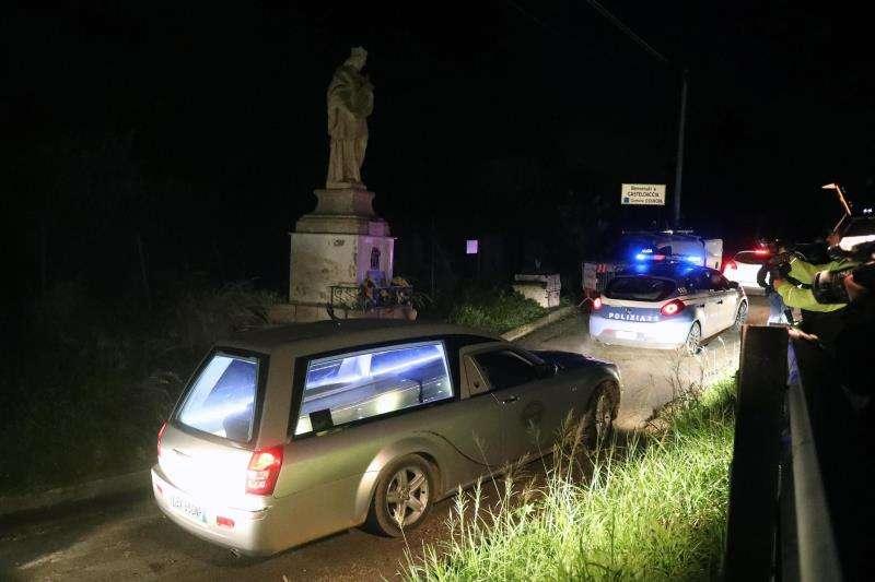 olicía escolta el coche fúnebre que traslada los restos mortales de las víctimas de las inundaciones en la localidad siciliana de Casteldaccia. EFE