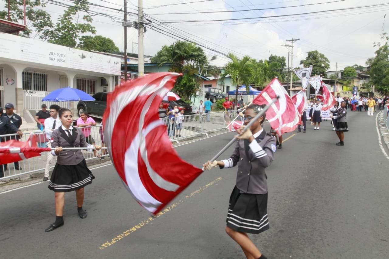 Vista general de los desfiles en la ruta 1 de San Miguelito. Foto: Edwards Santos