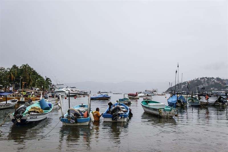 Vista general del puerto de Acapulco (México). La tormenta tropical Xavier se aproxima hoy a las costas mexicanas a su pasó por aguas del Océano Pacífico frente al estado de Colima, informó el Servicio Meteorológico. EFE