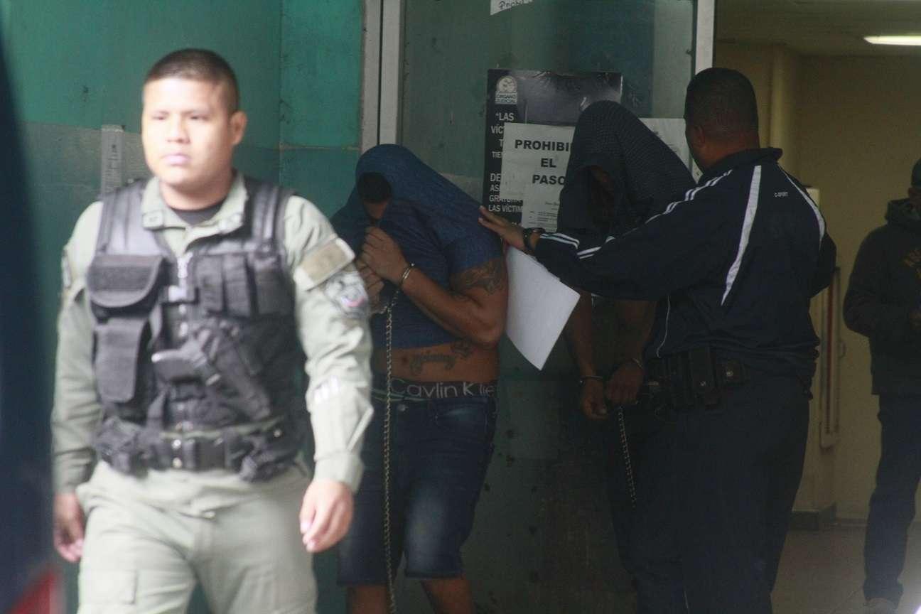 Vista general del momento en el que el señalado abandona la sala de audiencias del Sistema Penal Acusatorio. Foto: Edwards Santos