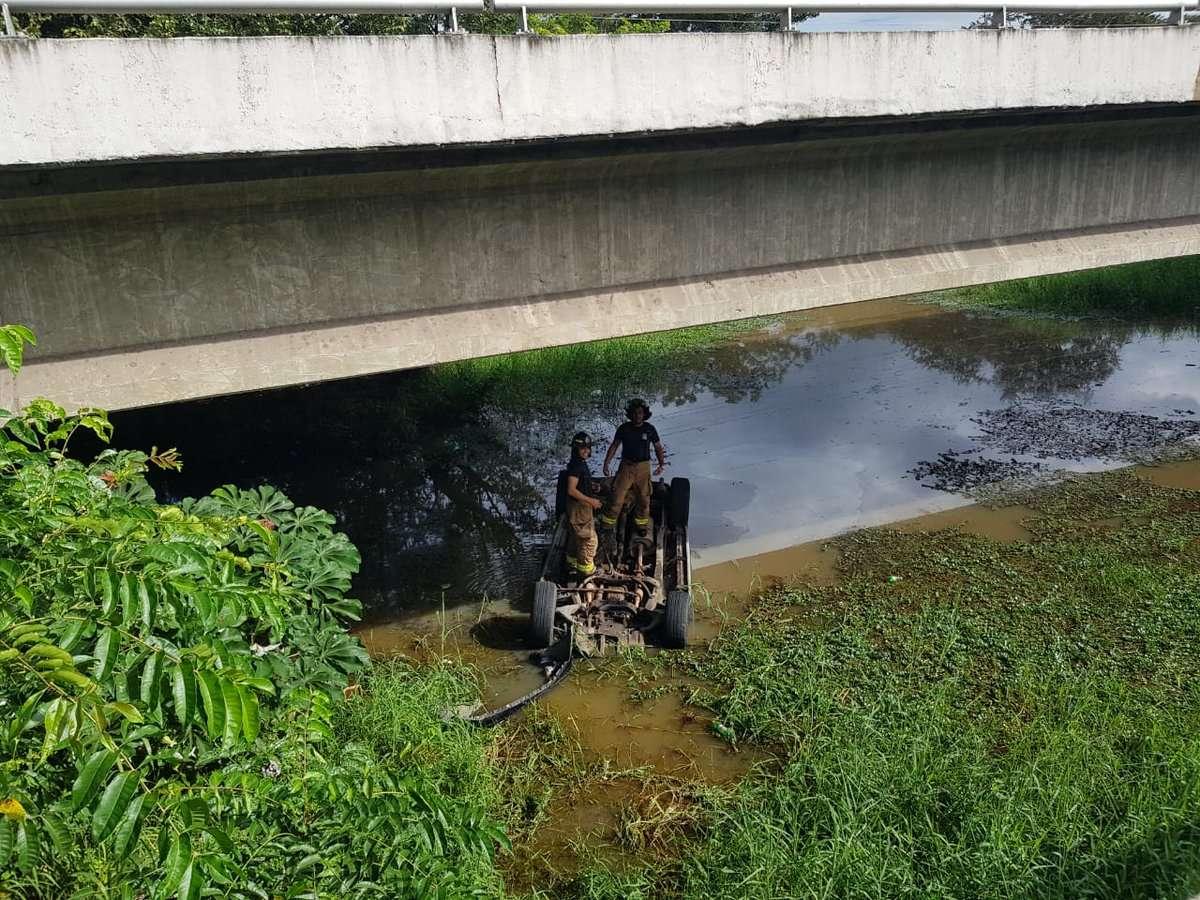 Personal de la Estación de Penonomé mientras revisaba el vehículo que se precipitó al vacío y cayó bajo el puente auxiliar en Coclé, vía Interamericana, ubicando una persona sin signos vitales. Foto: @BCBRP