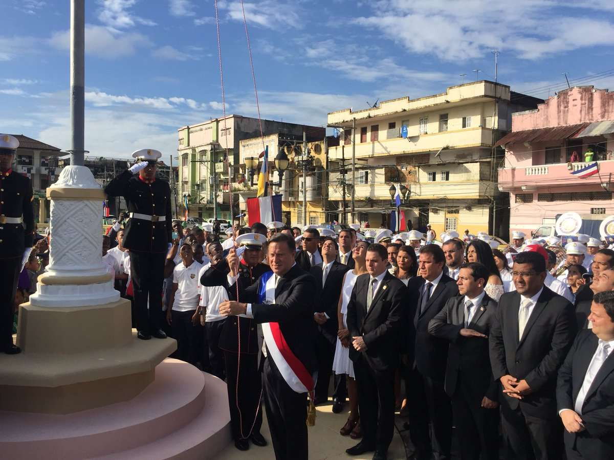 Momentos en que el presidente de la República, Juan Carlos Varela izaba la bandera nacional, en los actos protocolares de este 5 de noviembre.