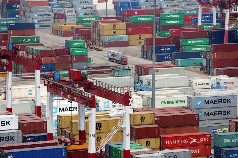 Foto de archivo de una multitud de contenedores en el puerto de Qingdao (China) el 30 de abril de 2018. EFE/Archivo