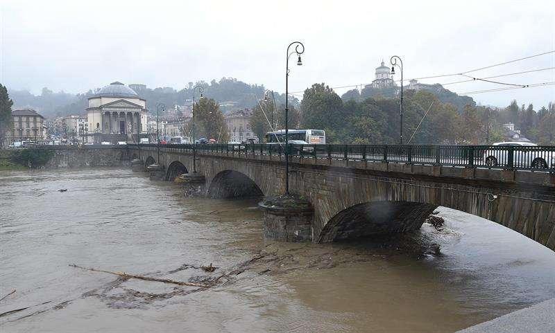 El nivel del agua crece en el río Po durante unas fuertes lluvias en Turín (Italia) hoy, 6 de noviembre de 2018. EFE