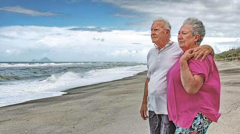 El pescador Gus Hutt y su esposa Sue en el lugar que salvaron al bebé Malachi Reeve, de 18 meses. Foto: AP