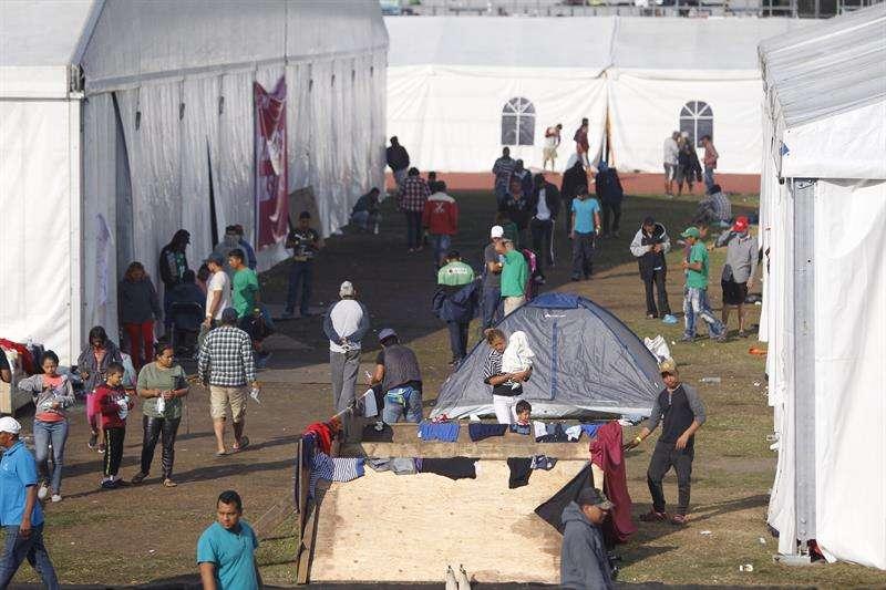 Grupos de personas de la caravana migrante descansan hoy, miércoles 7 de noviembre de 2018, en el deportivo Jesús Martínez Palillo, en Ciudad de México (México). EFE