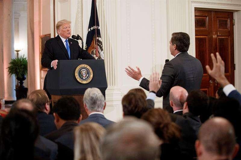 El presidente estadounidense, Donald Trump (i), increpa a Jim Acosta (d), corresponsal de la CNN en la Casa Blanca, durante una rueda de prensa en la Casa Blanca, en Washington (Estados Unidos), hoy, 7 de noviembre de 2018. EFE