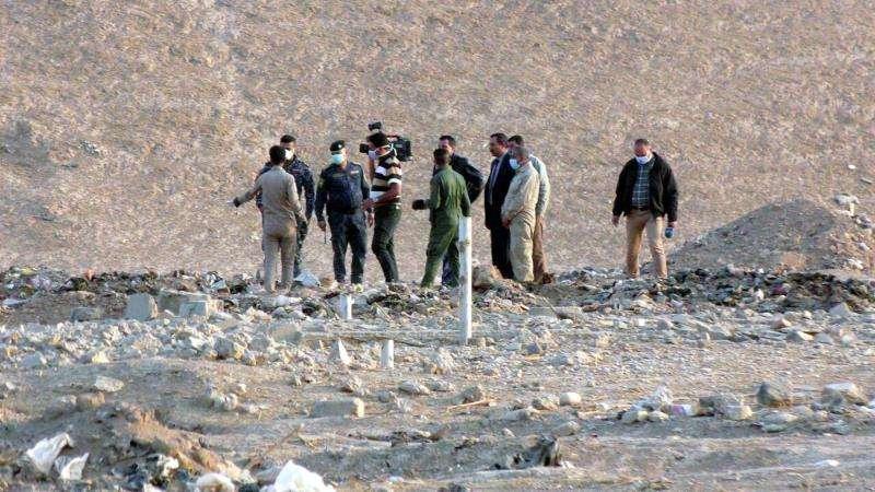 Oficiales y personal forense iraquí inspeccionaban una zona en la que fue descubierta una fosa común, en Hamam al-Alil town, al sur de Mosul, en 2016. EFE/Archivo