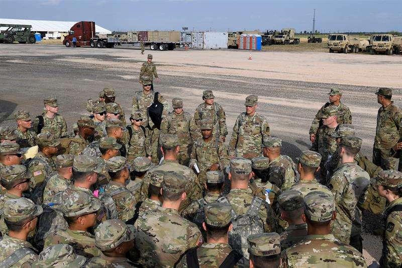 a Fuerza Aérea de los Estados Unidos muestra unos soldados del Ejército mientras llegan cerca del puerto de entrada cerca de la frontera mexicana en Donna, Texas (EE.UU.). EFE