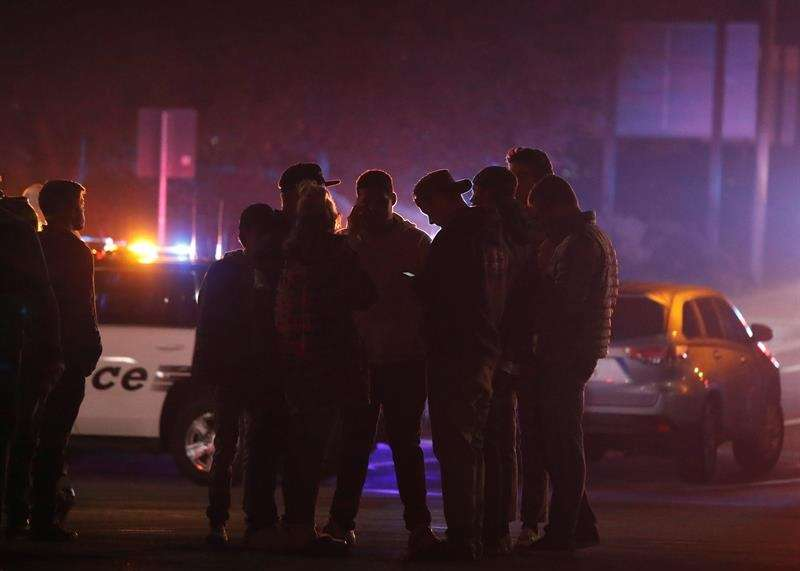 Amigos de los presentes en el tiroteo del bar Borderline esperan para recibir noticias suyas, en la localidad de Thousand Oaks, California, EE.UU.  Foto: EFE