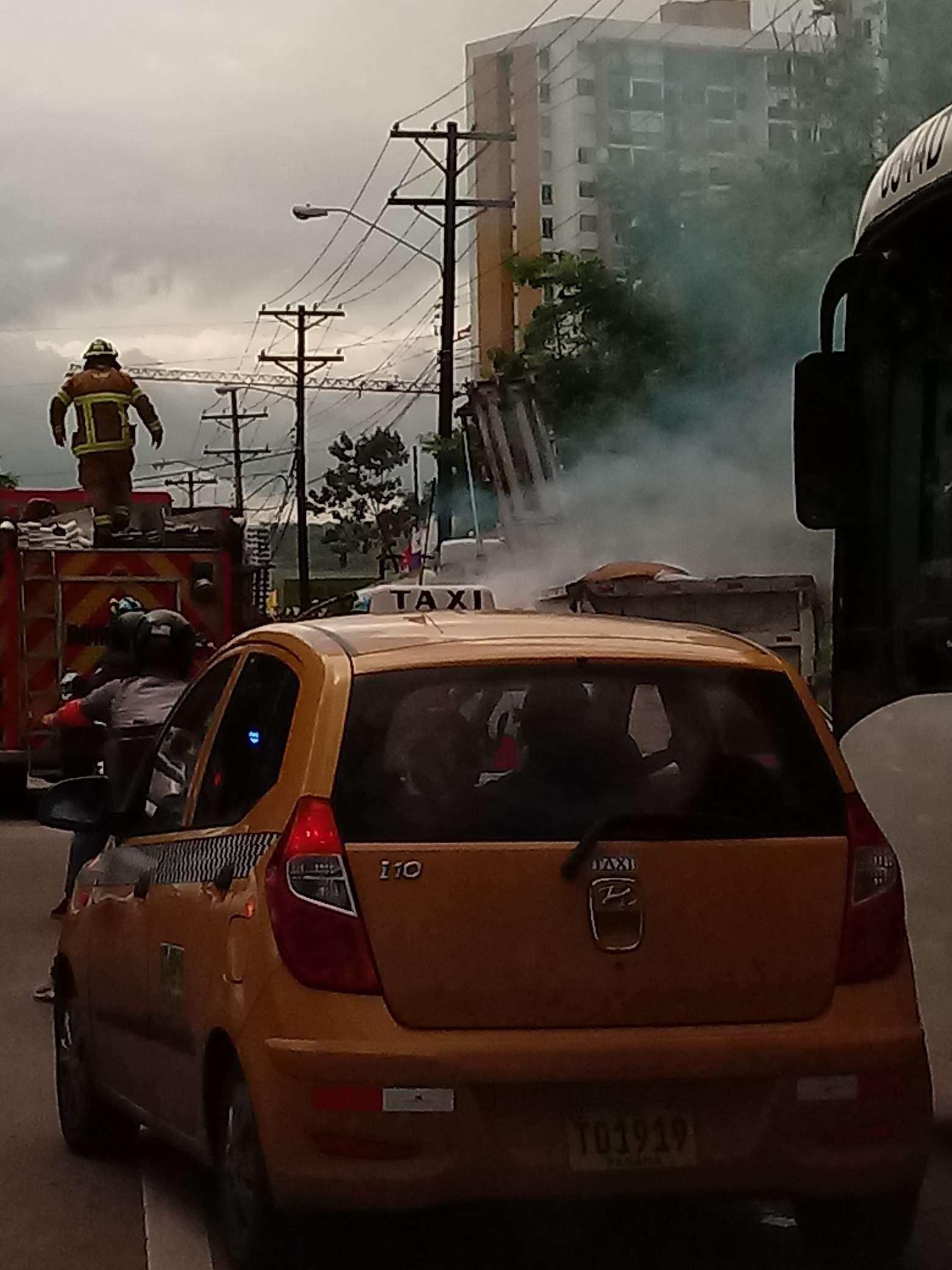 Los bomberos fueron prestos en el socorro, y agilizaron el tráfico.
