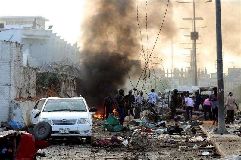 Policía y civiles ayudan en el lugar de un atentado bomba en un hotel de Mogadiscio (Somalia) hoy, 09 de noviembre del 2018. EFE