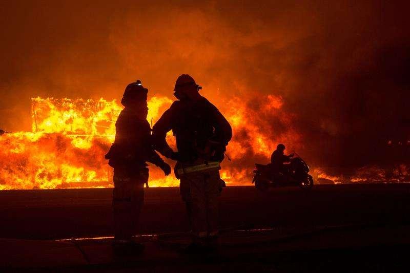 Bomberos trabajan para apagar un incendio en el condado de Butte, California (EE. UU.). Se ordenó a las comunidades cercanas de Pulga, Paradise y Concow que evacuen la zona. EFE