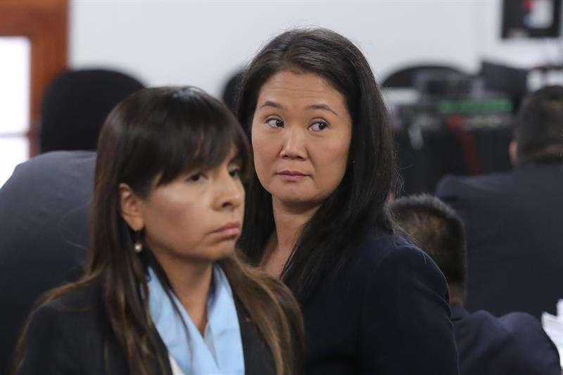Keiko Fujimori (d), la principal líder de la oposición en Perú, fue registrada este miércoles al asistir a una audiencia en la Sala Penal Nacional, acompañada de su abogada Giuliana Loza (i), en Lima (Perú). EFE