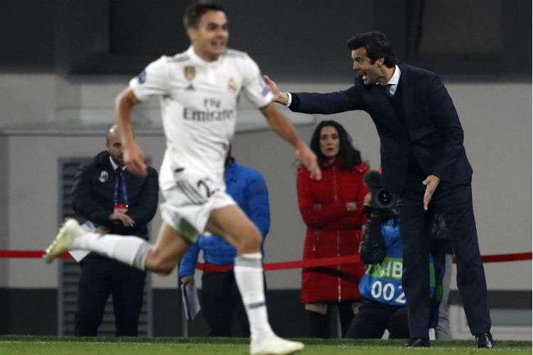 Santiago Solari (der.) da instrucciones en uno de los partidos del Real Madrid. Foto: AP