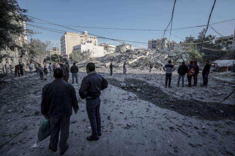 Varios palestinos inspeccionan los destrozos registrados en una zona residencial tras un ataque aéreo israelí en la ciudad de Gaza, franja de Gaza, este 13 de noviembre. EFE