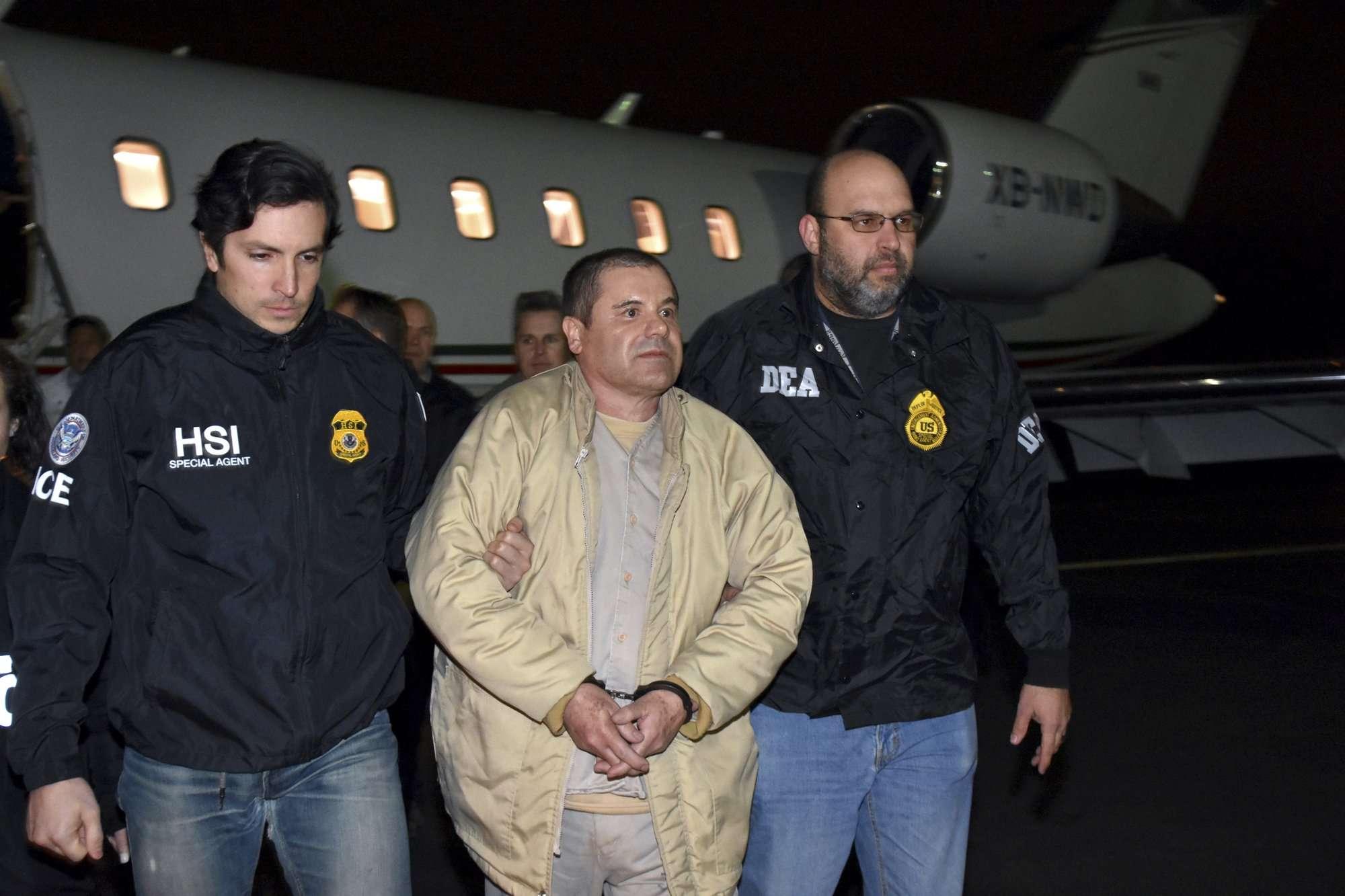 """Foto de archivo del 19 de enero de 2017, la policía de EE. UU. Escoltó a Joaquín """"El Chapo"""" Guzmán, en el centro, desde un avión a una caravana de SUV en el aeropuerto Long Island MacArthur, en Ronkonkoma, Nueva York. AP"""