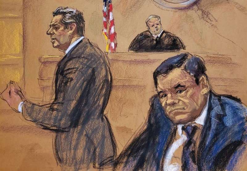 """Reproducción fotográfica de un dibujo realizado por Jane Rosenberg donde aparece el abogado Jeffrey Lichtman (i), mientras presenta sus recursos frente al juez Brian cogan (c) y su cliente el narcotraficante mexicano Joaquín """"El Chapo"""" Guzmán. EFE"""
