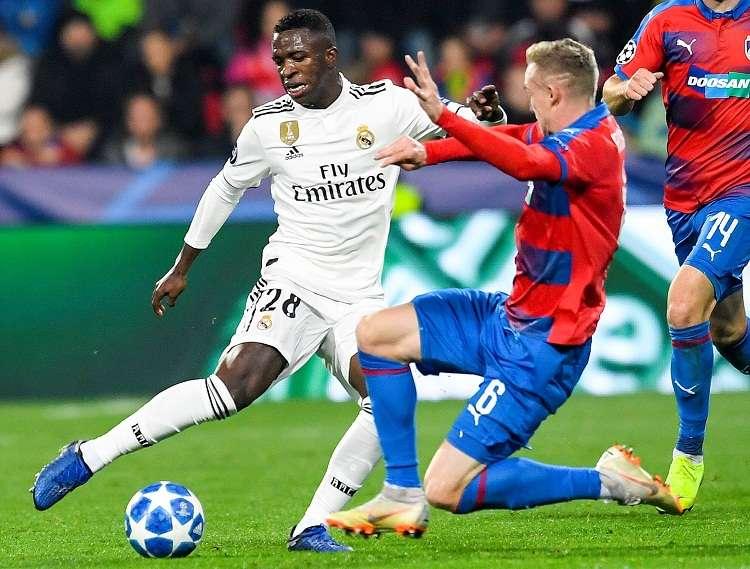 Vinicius Junior (izq.) de Real Madrid disputa el balón con Roman Prochazka (dcha.).  Foto: EFE