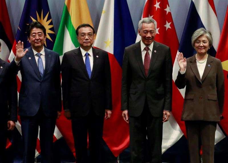El primer ministro de Japón, Shinzo Abe; el primer ministro de China, Li Keqiang; el primer ministro de Singapur, Lee Hsien Loon; y el ministro de Relaciones Exteriores de Corea del Sur, Kang Kyung-wha, durante la cumbre. EFE