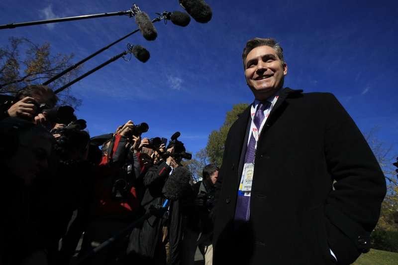 Jim Acosta de CNN habla con los periodistas en North Lawn cuando regresan a la Casa Blanca en Washington, el viernes 16 de noviembre de 2018.  AP